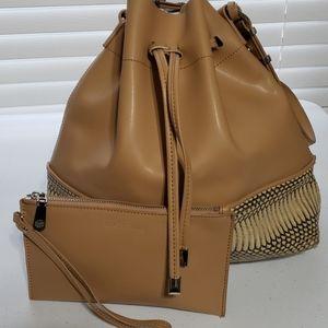 Vince camuto tan leather bucket bag 2piece set